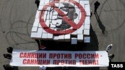 Ресейге қарсы санкция салғанға наразы азаматтардың флешмобы. Мәскеу, 28 наурыз 2014 жыл. (Көрнекі сурет)