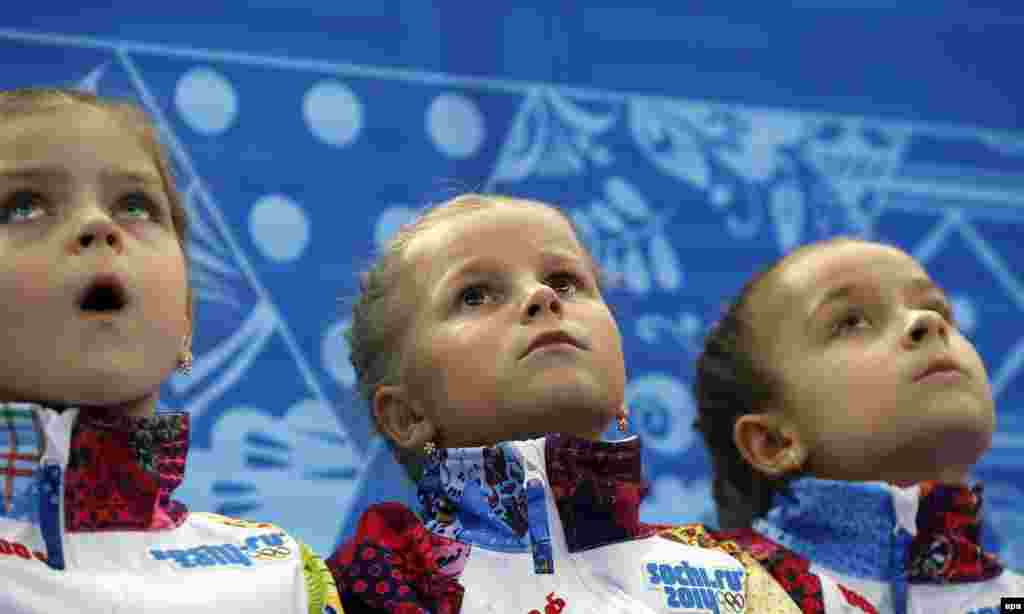 Дівчатка спостерігають за короткою програмою в чоловічому фігурному катанні