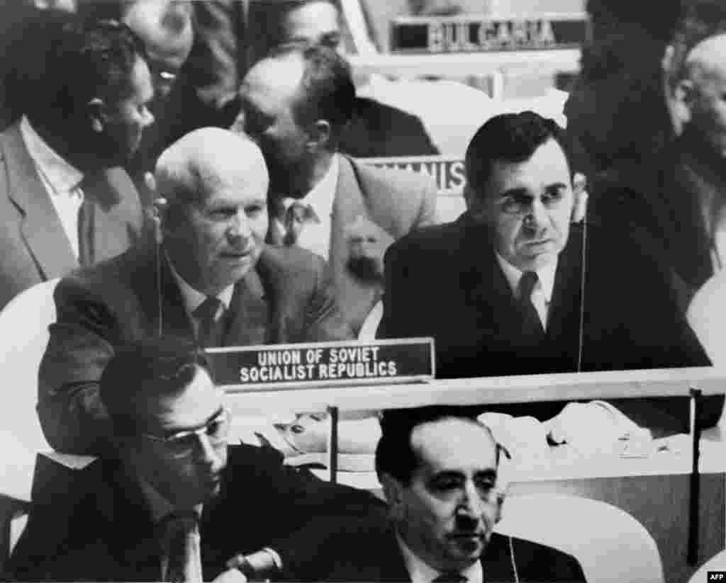 Хрущов тримає черевик на своєму столі в ООН у Нью-Йорку, 12 жовтня 1960 року. За хвилю до цього він стукав черевиком по столу, засуджуючи делегата від Філіппін Лоренсо Сумулонґа, який звинуватив СРСР в імперіалізмі у Східній Європі.