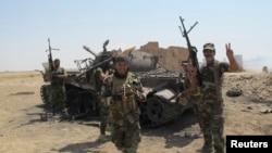 """ერაყი, შიიტური დაჯგუფება """"ისლამური სახელმწიფოს"""" მებრძოლები განადგურებულ ტანკთან, 2 სექტემბერი, 2014"""