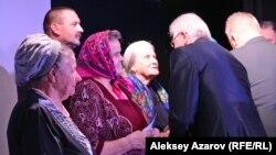 Президент Союза сибиряков Кордиан Юзеф Борейко вручает почетный знак сибиряка. Алматы, 4 ноября 2016 года.