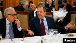 Глава МИД РФ Сергей Лавров и спецпосланник ООН и ЛАГ по Сирии Лахдар Брахими на конференции Женева-2