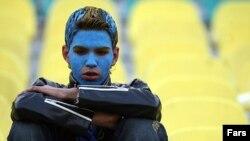 یکی از هواداران تیم استقلال. عکس تزئینی است.