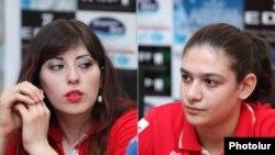 Грета Варданян (слева), Маргарита Овакимян на встрече с журналистами
