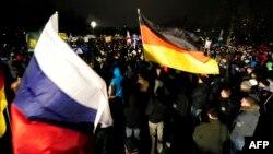 Флаги Германии и России на одной из демонстраций антиисламского движения ПЕГИДА в Дрездене