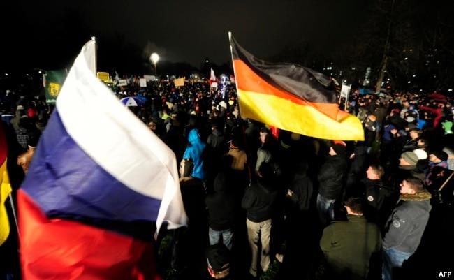 На митингах правых популистов в Германии нередко можно увидеть российские флаги