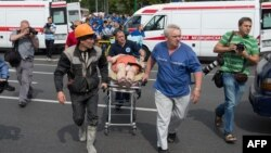 Ռուսաստան - Փրկարարները դուրս են բերում Մոսկվայի մետրոպոլիտենում վթարի հետևանքով տուժածներին, 15-ը հուլիսի, 2014թ․։