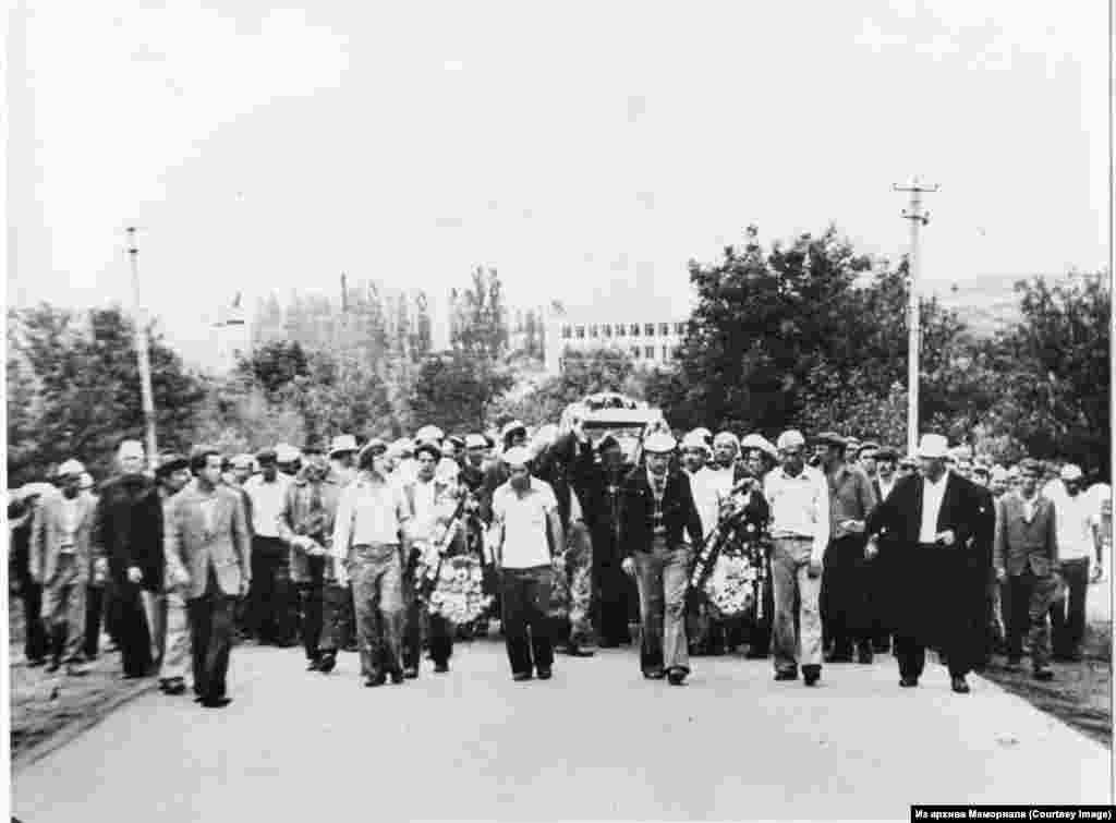 Муса Мамут җеназасы. Муса Мамут (1931-1978) -- кырымтатар хәрәкәте активисты. Сәяси тоткын (1976-1977). Кырымда теркәлү (прописка) мөрәҗәгате икенче мәртәбә кире кагылганнан һәм яңа җинаять эше ачылганнан соң Мамут 1978 елның 23 июнендә үз-үзен яндырып үтерә. Акмәчет районы Биш Терек (Донское) авылы зиратында җирләнгән. Мамут җеназасы, хакимиятнең каршылыгына карамастан, кырымтатарларның киңкүләм протест чараларына әверелә. Муса Мамут милли каһарман буларак таныла. Мамут һәлак булган көн ел саен зурлап искә алына.