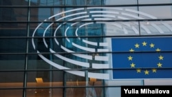 Логото на ЕУ пред Европскиот парламент