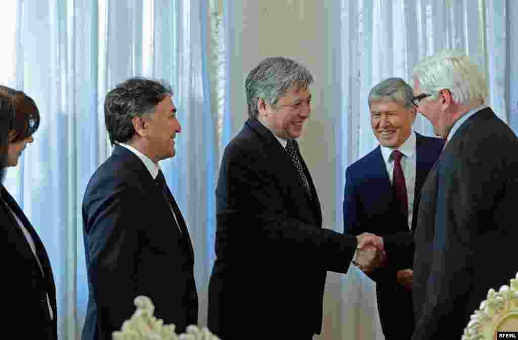 Были также обсуждены вопросы двустороннего торгово-экономического сотрудничества, дальнейшего укрепления демократии и свободы слова в Кыргызстане, развития демократических институтов и продолжения сотрудничества в проведении честных и прозрачных выборов в стране. Штайнмайер также пригласил пригласил принять участие в бизнес-форуме, который пройдет в Гермаии.
