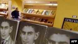 کتاب های کافکا در یک فروشگاه مخصوص سوغاتی در شهر پراگ.