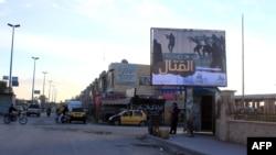 Սիրիա - ԻՊ-ին գովաբանող վահանակ Ռաքքայի փողոցներից մեկում, արխիվ