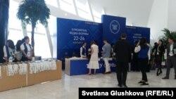 Стенд с выдачей бейджей на медиафорум. Астана, 22 июня 2017 года.