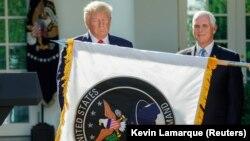 Президент США Дональд Трамп на тлі прапора Космічних сил США