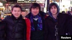 Молодые люди из Казахстана Азамат Тажаяков (слева) и Диас Кадырбаев (в центре) с другом Джохаром Царнаевым, ныне приговоренным к смертной казни за организацию теракта во время марафона в Бостоне в 2013 году.