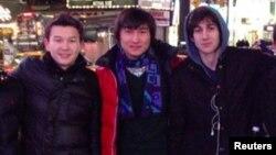 Молодые люди из Казахстана Азамат Тажаяков (слева) и Диас Кадырбаев (в центре) с другом Джохаром Царнаевым, приговоренным к смертной казни за организацию теракта во время марафона в Бостоне в 2013 году.