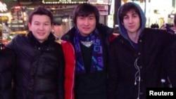 Казахстанские студенты Азамат Тажаяков (слева) и Диас Кадырбаев (в центре) фотографируются с Джохаром Царнаевым в Нью-Йорке.