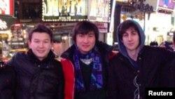 Признанный виновным в организации теракта на Бостонском марафоне Джохар Царнаев (справа) и обвиняемые в воспрепятствовании расследованию теракта Азамат Тажаяков (слева), Диас Кадырбаев (в центре).
