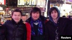 Азамат Тәжаяқов (сол жақта) пен Диас Қадырбаевтың (ортада) Джохар Царнаевпен (оң жақта) Нью-Йоркте түскен суреті.