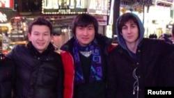 Задержанные в Бостоне казахстанские студенты Азамат Тажаяков (слева) и Диас Кадырбаев (в центре) с подозреваемым в организации теракта во время марафона Джохаром Царнаевым.