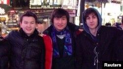 Бостон жардыруулары үчүн шектелип жаткан Жохар Царнаев (оңдо) өзүнүн казак достору Азамат Тажаяков (солдо) жана Диас Кадырбаев менен Нью-Йоркто түшкөн сүрөт