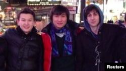 Молодые люди из Казахстана Азамат Тажаяков (слева) и Диас Кадырбаев с другом Джохаром Царнаевым (справа) фотографируются в Нью-Йорке.