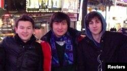 Молодые люди из Казахстана Азамат Тажаяков (слева) и Диас Кадырбаев (в центре) с другом Джохаром Царнаевым, позднее приговоренным к смертной казни за организацию теракта во время марафона в Бостоне в 2013 году.