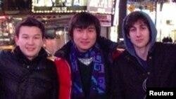 Солдан оңға: Азамат Тәжаяқов, Диас Қадырбаев және Джохар Царнаев. Фото әлеуметтік желіден алынды. 23 сәуір 2013 жыл.