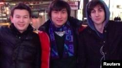 Казахстанцы Азамат Тажаяков (слева), Диас Кадырбаев (в центре) фотографируются в Нью-Йорке.