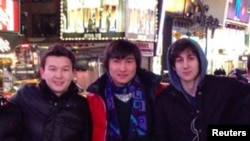 Студенты из Казахстана - Азамат Тажаяков (слева), Диас Кадырбаев (в центре) и подозреваемый в организации взрывов в Бостоне Джохар Царнаев. Фото сделано в Нью-Йорке, дата неизвестна.
