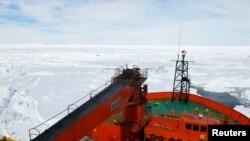 """Китайский ледокол """"Сюэлун"""", направляющийся на помощь зажатому во льдах российскому судну """"Академик Шокальский"""""""