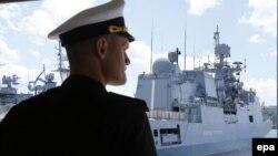 Российский военно-морской офицер возле военного корабля России «Адмирал Григорович» в Севастополе. 8 июля 2016 года