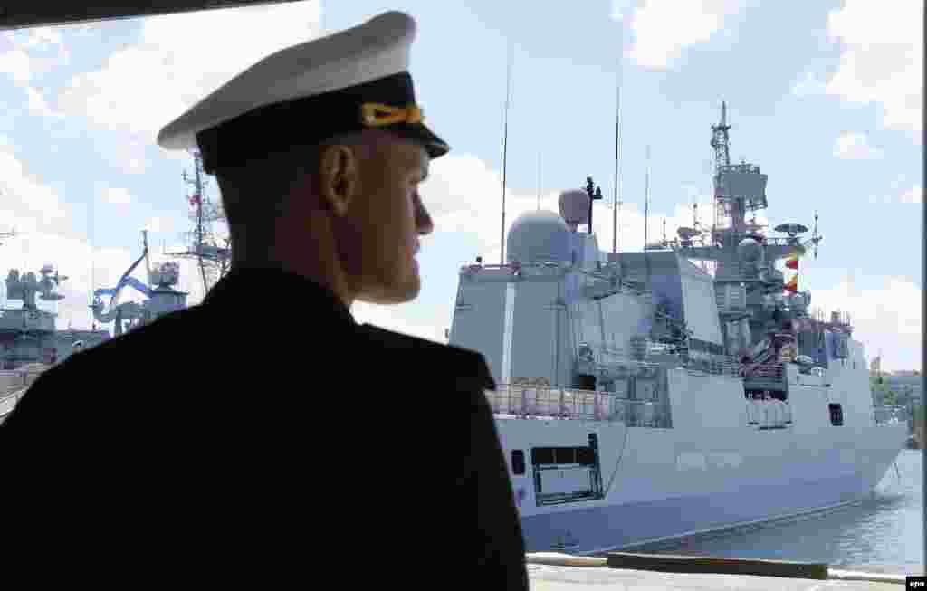 Російський офіцер ВМС стоїть біля сторожового фрегата «Адмірал Григорович», пришвартованого у Севастополі. 8 липня