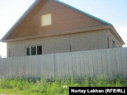 Дом, который строится на принадлежавшем Батес Турганбаевой участке в посёлке Шанырак.