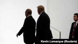 رؤسای جمهور ایالات متحدۀ امریکا و روسیه حین قدم زدن در شهر اوساکای جاپان. June 28, 2019