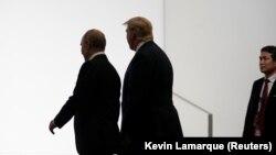 Vladimir Putin (solda) və Donald Trump Osakada, G20 sammitində, 28 iyun, 2019-cu il