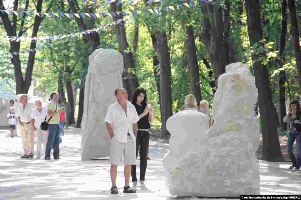 Відвідувачі «Живого каменю» милуються скульптурами
