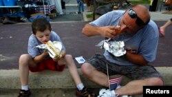Жители Нью-Джерси едят сосиски во время празднования Дня независимости
