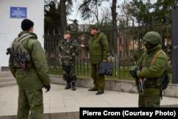 Российские военные встречаются с украинским офицером (второй слева) перед украинской военной базой