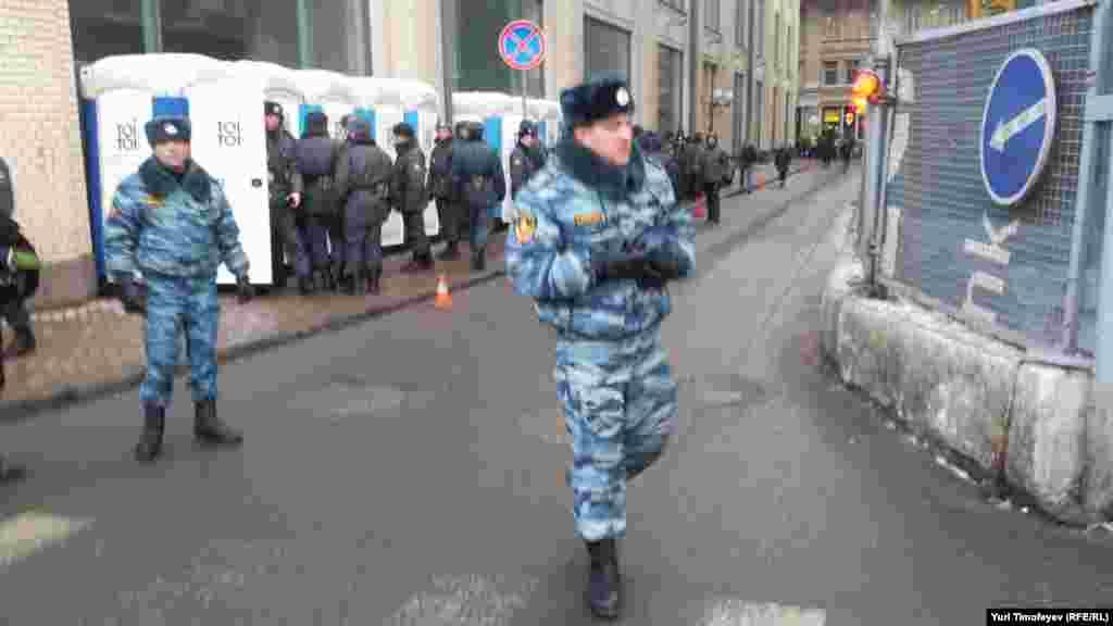 На проходах в ЦИК сотни солдат внутренних войск