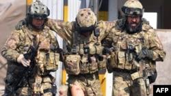 НАТО күштері жараланған сарбазға көмектесіп келе жатыр. Херат. 3 қараша. 2011