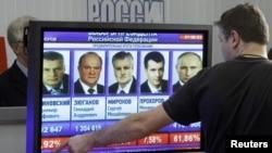 مواطن يتابع نتائج التصويت في انتخابات رئاسة روسيا