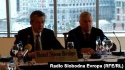 Конференција посветена на Рамковниот договор во Скопје. Вицепремиерот задолжен за Рамковниот договор, Муса Џафери и Питер Фејт од Институтот за мир.