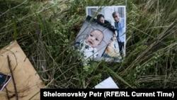 Личные вещи жертв катастрофы рейса MH17 на поле в районе падения самолета