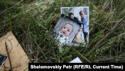 Фотографии погибших на месте падения самолета MH17