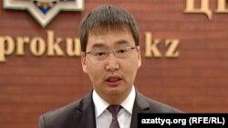 Бас прокуратураның ресми өкілі Нұрдәулет Сүйіндіков шекарашының 15 адамды өлтіргенін мойындағанын мәлімдеп тұр. Астана, 7 маусым 2012 жыл.