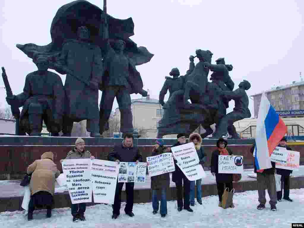 Rusija - Protest opozicije - Prošla je godina dana od kada je Dmitry Medvedev izabran za predsjednika Rusije. Slabašna opozicija nezadovoljna što od obećanja nije puno ostalo organizirala je protest u Moskvi.