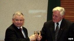 «Историческому» соглашению еще предстоят доказать свою целесообразность. Польский премьер Качинский (слева) и президент Литвы Адамкус на церемонии окончательного завершения сделки по Мажейкяйскому НПЗ