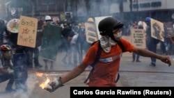 درگیری معترضان با نیروهای امنیتی در کاراکاس