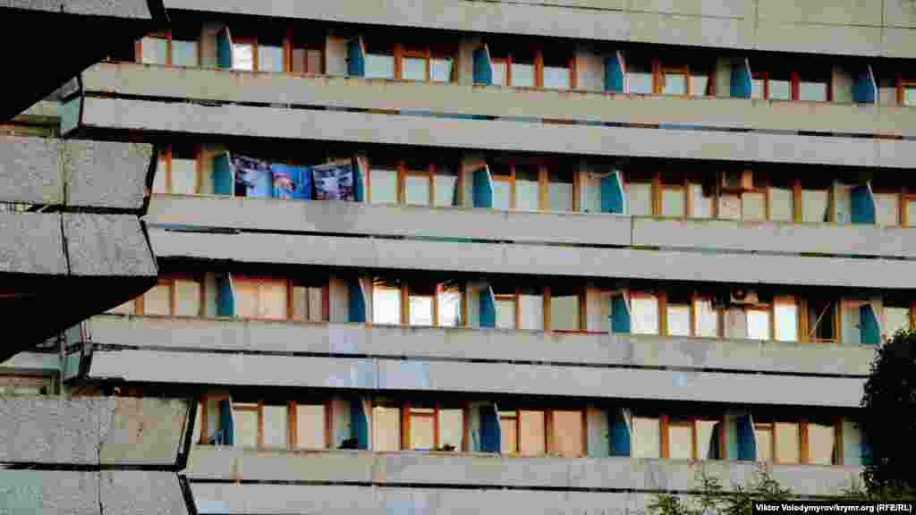 Пансионат – одно из немногих мест в Песчаном, которое работает в такое время года. Судя по полотенцам на балконе, там есть отдыхающие. Правда, внешний вид здания оставляет желать лучшего
